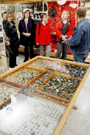 Jonne Danielsson visade Mus-Olles samlingar för museifolk från hela landet. Från Ytterån åkte gästerna vidare till Allan Flinks souvenirfabrik i Järpen och därefter till Åre.  Foto: Henrik Flygare