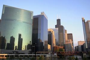Tunnelbanan går på broar över Chicago River, omringad av en makalös kuliss.