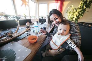 Även sonen Rocky var med på bröllopet i påskas, då låg han bekvämt i mamma Seemas mage. Nu är han 7 månader och har precis börjat äta riktig mat.