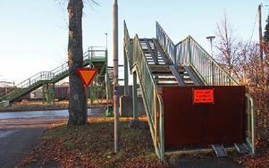 Trappan slutar i tomma intet, i dag kommer bron på plats. Foto: Eva Högkvist