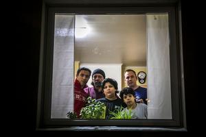 När jag kommer till Svenstavik är Ahmed och hans tre söner hemma hos Lars Andersson och hans familj. De har blivit goda vänner, och Lars och sambon Hanna Segersten har tagit initiativ för att söka verkställighetshinder för familjen. De kan vilken dag som helst med våld visas ut från Sverige.