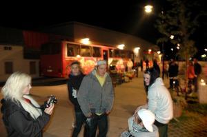 Sofia Jansson försöker fånga Mattias Widlund, Johannes Wingemo och Linn Lassander på bild.