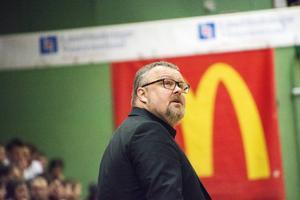 Tommie Hansson får verkligen visa sina färdigheter som coach när han tvingas spela utan Hlynur Baeringsson, Ray Willis och Ernests Kalve.