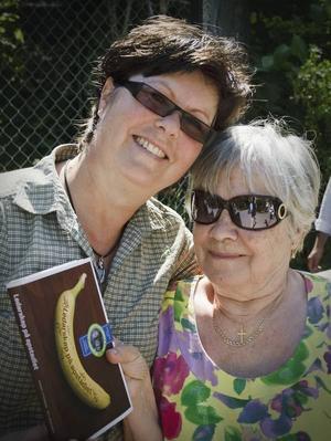 """författare. Ing-Marie Persson på Furuvik har deltagit i skrivandet av boken Ledarskap på apstadiet. Lena Jonsson är en av torsdagens besökare på Furuvik som köpte boken. """"Jag köper boken för att läsa den och bidra med pengar till schimpanser"""", säger hon.Furuviks apmamma. Ing-Marie Persson på Furuvik är nästan som en mamma åt schimpanserna. Det är bara hon som kan gå in till dem. Ing-Marie har flera gånger hälsar på i reservatet Jack. """"Vi åker dit minst en gång om året och hjälper till"""", säger hon."""