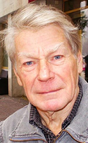 Jörn Svensson har hunnit fylla 76 år, och bor sedan mitten av 1980-talet i Östersund. Han hyllas av Jonas Gardell i förlagan till tv-aktuella filmatiseringen av