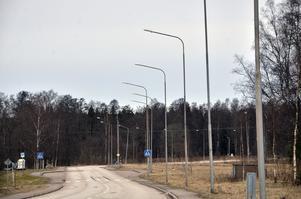 Utbytt. I centrala Röfors har 250 watts kvicksilverlampor bytts ut till 50-watts metallhalogenlampor. De ger både bättre ljus och är billigare, enligt Olof Nilsson på Laxå kommunfastigheter.