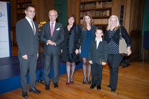 Kung Carl Gustaf delade ut utmärkelse till Årets nybyggare som blev Chazi Fourati (till vänster). Mara Maric med företaget Orsa Lamellträ fick pris i en av kategorierna. Närmast Mara står hennes dotter medan de övriga är anhöriga till den manlige pristagaren.