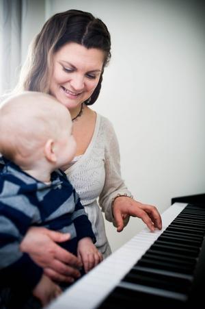 Sonen Love sitter ofta med vid pianot, och tycker även att det är roligt att spela själv.
