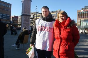 Ulla Andersson ville inte fotograferas med Öcalan på banderoller i bakgrunden. Men med de hungerstrejkande gick det bra.