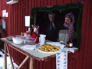 Fikaförsäljning till förmån för bygdegårdsföreningen. Monika Lärkfors och Monika Lindström sålde kaffe och lussebullar.