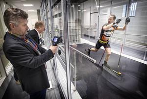 Skidåkaren Anders Södergren diagonalade sig fram i motvinden när Sports Tech invigde sin nya vindtunnel på campusområdet i Östersund.