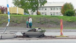 Anna Maria Hedberg och sonen Atlas står vid den plats intill OK-macken i Hammerdal där hennes make och sonen Atlas var ytterst nära att möta döden.