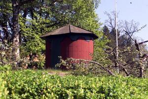 Gammal paviljong. Här byggde köpman Per Olof Flodin (1806-1886) sommarstället Fågelbo åt sig i mitten av 1800-talet. Flodin var en framstående man i Västerås, satt i stadsfullmäktige, ägde tre gårdar, drev grossiströrelse, brännvinsbränneri och en tändsticksfabrik som dock brann ned till grunden efter ett år. Han fick också hushållningssällskapets guldmedalj för de vackra trädplanteringar han anlade på Blåsbo.