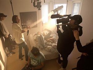 """Under en helg spelade ett produktionsteam från Ninetone in musikvideo i en lägenhet i Sundsvall. """"Grannen trodde vi spelade in porrfilm för att det sprang lättkläddaunga tjejer i trapphuset och det påverkade såklart att vi riggat en stor lampa på balkongen som skulle ge ständigt skymningsljus"""" berättar Stefan Hallgren."""
