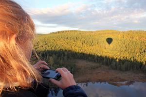 Denise Bach fotar skuggan av vår ballong. – Den är som ett hjärta, sa hon.