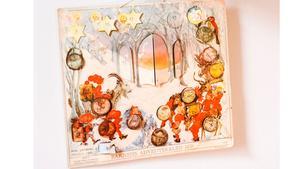 En vacker adventskalender från 1950 pryder väggen hemma hos Stina Johansson som både inreder och julpyntar i retrostil.