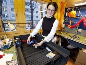 """BILDSÄTTARE. Katrin Brännström arbetar                           med Folkteatern som frilansande scenograf och kostymör. Att döma av det vi ser i hennes ateljé inför premiären är """"Alice i Underlandet"""" ett kraftprov."""