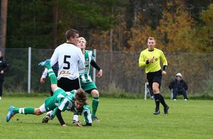 Matchvinnaren Isac From har precis vräkt en Algarnaspelare över ända och får i nästa sekvens en varning av domaren Anton Sjöberg.