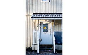 Den lägenhet som under söndagen brann i Blötberget var under måndagen fortfarande avspärrad. Foto: Carl Lindblad/DT