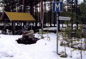 Infrastrukturen vid länets älgpass utvecklas. Vid Balåsens jaktlags älgpass strax utanför Rätan finns förutom distriktssköterska även postlåda, telefon, toalettstol och bekväma vilstolar....  Foto: Yngve Olsson