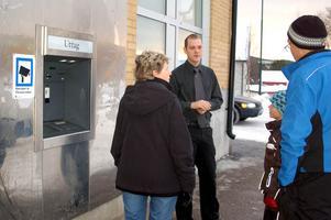 Emil Jonasson från Swedbank i Sveg förklarar att bankomaten är trasig.