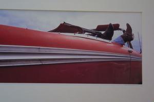 Världsfotografen Johan Adlercreutz har detaljer från bilar, människor, hundar och annat i sin utställning. Här cowboystövlar på en siestande man.