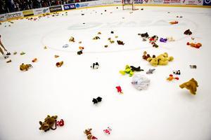 På Örebro Hockeys familjedag fick barn slänga in gosedjur på isen efter matchen. Dessa ska samlas in och skänkas till sjuka barn på USÖ.