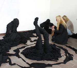 Eleverna på Åredalens Konstskola årskurs 2 vIsar sina verk på utställningen Arbetets konst. I mitten textilskulpturen