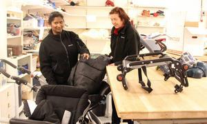 – Vi är lite allt-i-allo. Josefine Sjöberg och Tina Nordström arbetar på olika ställen i Ta-till-vara. Här ser de över begagnade barnvagnar som lämnats in.