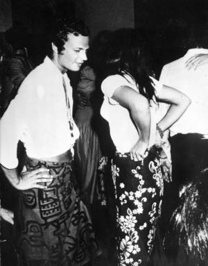 Bara kronprins men redan partysugen. Carl Gustaf med okänd italienska i badorten Costa Smeralda på Sardinien 1970.