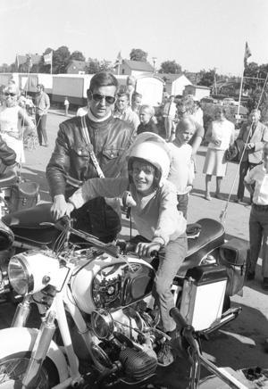1969. Jan Marcusson var en av de lyckliga grabbarna som i samband med Polisens dag fick provsitta polismannen Roger Norlins motorcykel. Han fick till och med prova strörthjälmen - gissa om han sken av glädje!