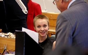 Rebecka Arnberg från Borlänge utbildar sig inom metallformgivning vid Leksands folkhögskola och fick visa kungen sitt arbete.– Att få göra smycken är det jag vill, säger hon. Foto:
