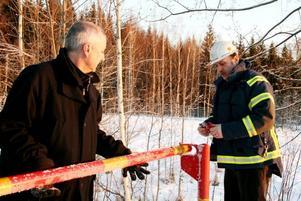 BOM MED LÅS. Peter Asp, ansvarig för driften av deponi och mellanlagring, och Anders Dannberg, säkerhetschef på Ovako, stänger Kullebergsdeponin. Därmed går epoken med gammaldags avfallshantering i graven.