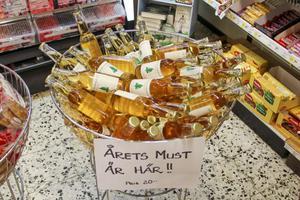 Och i butiken är flaskorna placerade där de hör hemma, vid godishyllorna.