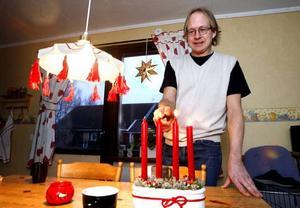 """Han gillar julen men inte heminredning. """"köksbordet skulle behöva slipas, men det blir ju nya huggmärken varje dag."""" Foto: Leif Jäderberg"""