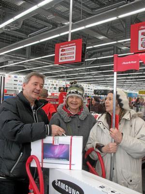 Björg Hult från Vingåker (längst till höger) handlade julklapparna på juldagen. Svärsonen Bengt Stegnell fick en bärbar dator och dottern Birgitta Hult fick två tv-apparater.