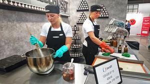 Moa Artursson och Ester Elofsson bakar karameller på plats.
