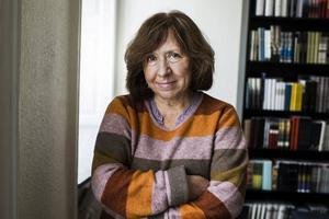 Den kända vitryska författaren Svetlana Aleksijevitj är en av många hotade kulturpersoner som fått en fristad i Sverige, i Göteborg. Gävle har beslutat att inrätta en fristad för konstnärer.