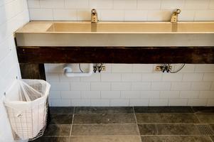 Handfaten på toaletterna vilar på gamla träbalkar som kapats bort på andra delar i huset.