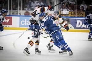 Patrik Norén stoppar en spelare i SHL-premiären hemma mot Djurgården.