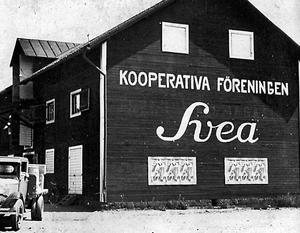 Var kör lastbilen? Svaret är: På Magasinsgatan i Gamla hamnen (Östra hamnen), ungefär där Kungsängsgatan går i dag. Det är 1920-tal och lastbilen har hämtat varor i Kooperativa Sveas lager, föregångaren till Konsum.
