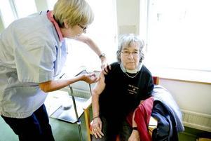 INHOPP. Anita Hofvenstam är pensionerad distriktssköterska och har hoppat in tillfälligt för att hjälpa till med vaccinationerna. Här är det 71-åriga Berit Andersson som får sig ett stick.