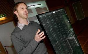 Lars Hedström från Switch Power som har tillverkat och designat solelanläggningen i Falun visade hur en solcellsplatta ser ut.-- Solcellerna har en livslängd på 25 år, berättade han.