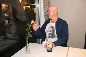 """påhejad. Det går inte långt mellan hälsningarna på vänner och bekanta när Björn Lindmark, 60, är nere på stan i Sala där han nu bor. Närmare 13 000 gånger på tre veckor lästes hans blogg Döden närmar sig men jag vill berätta en sak innan den tar mej. """"Det är skruvat, och jag förstår nu hur mycket jag har betytt för många"""", säger Björn ödmjukt. Han är tacksam över allt stöd han fått sedan cancern blossade upp igen."""
