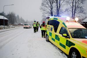Här rycker ambulans och räddningstjänst ut från Västerbergslagen till en olycka i Persbo efter årets första snöoväder.