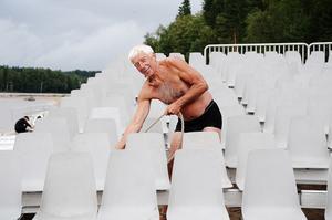 Ett 80-tal extra platser har tillsatts under årets Orhalladagar som nu tar emot 2600 sittande gäster. Anders Biving förankrar flotten vid arenan.