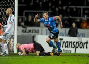 Halmstads Mikael Boman jublar efter 2-1-målet.