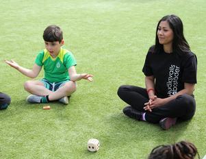 Wahagn Moradian och aktivitetsledaren Serwa Faghisa leker tärningsleken.