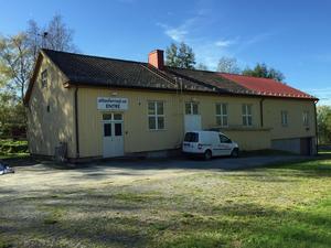 Den gamla skolan i Ås har numera plats för prylar i stället för elever.