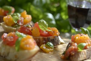 En klassisk tomatbruschetta, på mitt vis.   Foto: Janerik Henriksson/TT